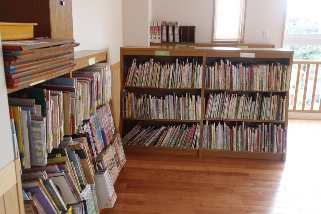 4000冊以上の本が並ぶ図書室
