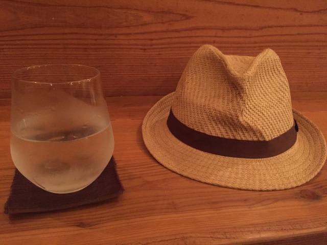 帽子と呑みかけのハイボール